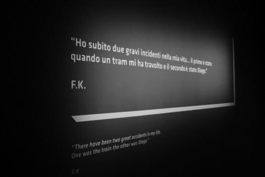 """Insegna con testo: """"Ho subito due gravi incidenti nella mia vita. Il primo è stato quando un tram mi ha travolto e il secondo è stato Diego"""" F.K."""