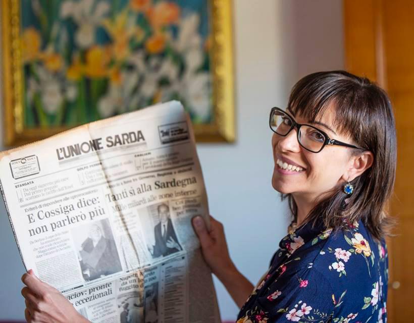 foto di Daniela Melis con l'Unione Sarda in mano