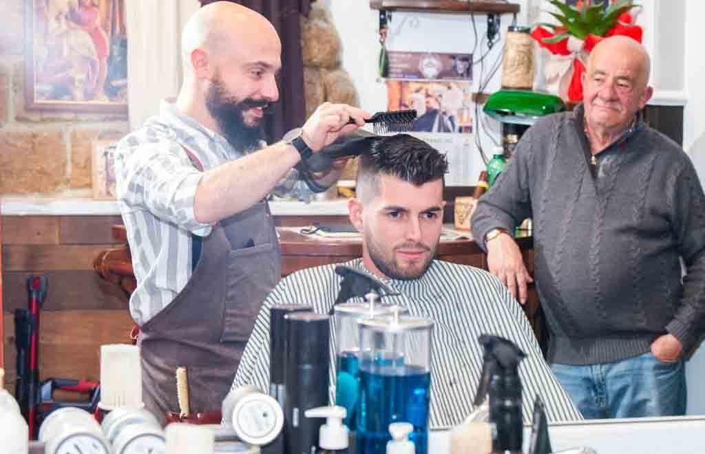 L'ebanista dei capelli è campione di hair tattoo